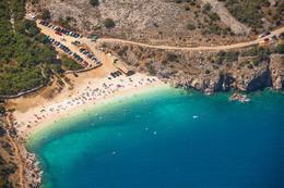 Vrbnik -pláž Potovošče -letecký pohled, ostrov Krk, Chorvatsko